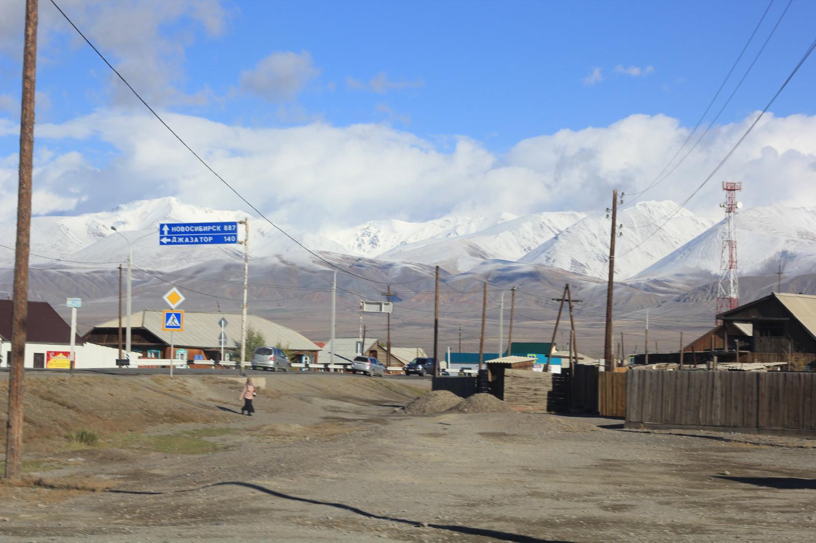Кош-Агач со всех сторон окружен заснеженными горами. На картинке начало сентября) - IMG_2795.JPG