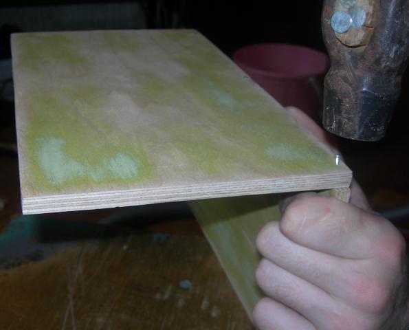 сбиваем гвоздями переднюю стенку и пол по схеме Г, далее к краям прибиваем боковые стенки - Домик (1).jpg