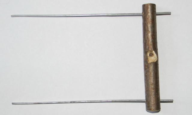 2. По краям жердочки просверливаем по одному отверстию, отступая 1-1,5 см от края и вставляем проволоку. - 2. По краям жердочки просверливаем по одному отверстию, отступая 1-1,5 см от края и вставляем проволоку.jpg