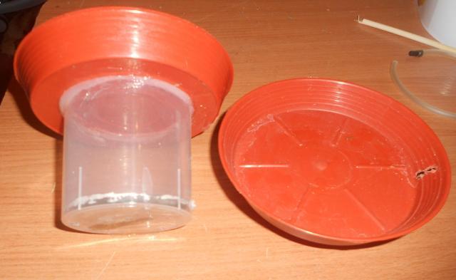 на момент - герметик приклеиваем подставки, так чтоб одна чашка была выше, а вторая ниже - 1.jpg